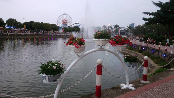 Phố đi bộ Trịnh Công Sơn có hồ nước rộng nhìn ra phía công viên nước